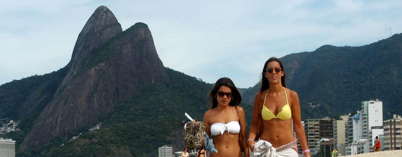 9 de agosto - Jovens caminham pela faixa de areia na praia de Ipanema, no Rio