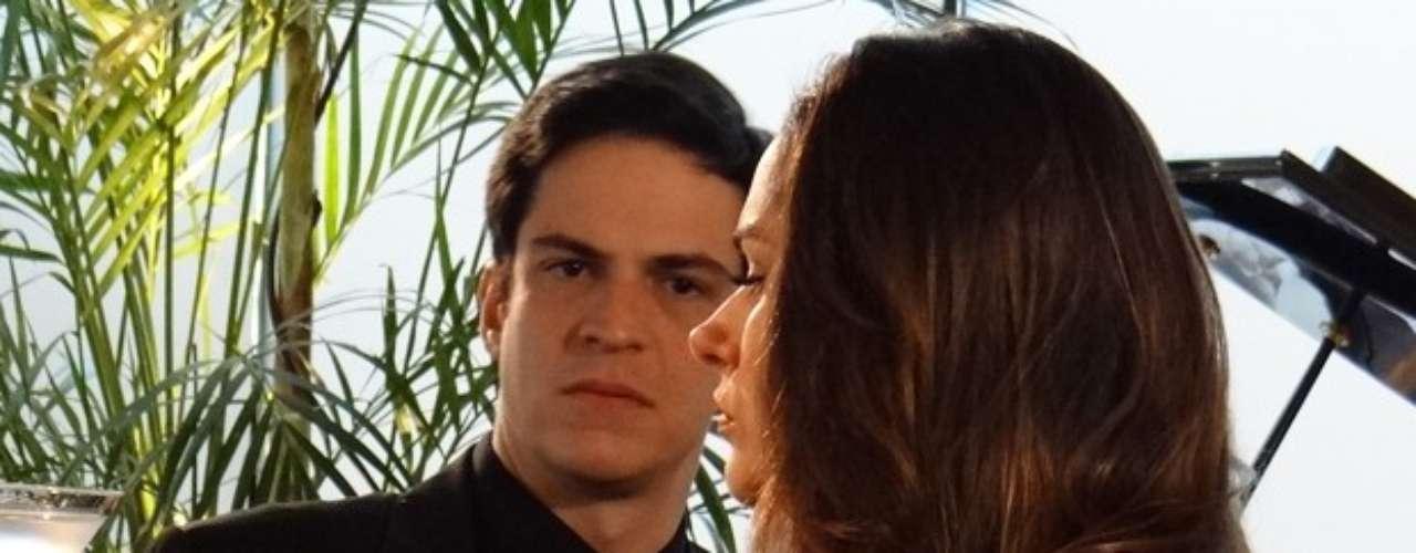 Félix quer sua parte na herança de Nicole e resolve cobrar Leila
