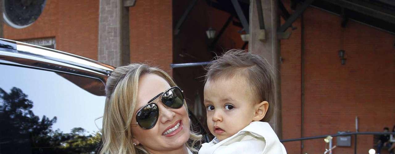 Eliana escolheu o dia do aniversário do filho para realizar a cerimônia de batismo do menino, neste sábado (10). Ao lado da mãe e do pai - o produtor musical João Marcelo Bôscoli -, Arthur, 2 anos, foi batizado na Catedral Anglicana, no bairro de Santo Amaro, na capital paulista