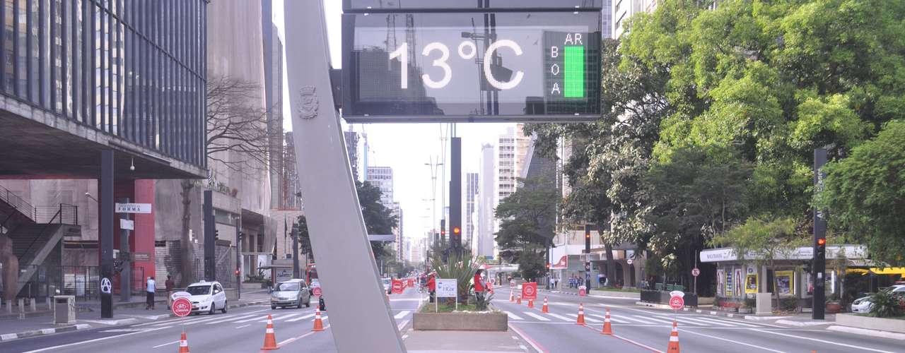11 de agosto - Em São Paulo, os termômetros de rua na avenida Paulista marcaram 13º C