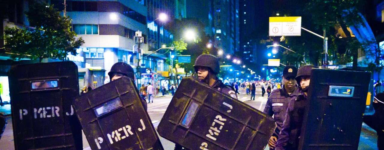 12 de agosto - Policiais da Tropa de Choque monitoram caminhada em protesto no Rio