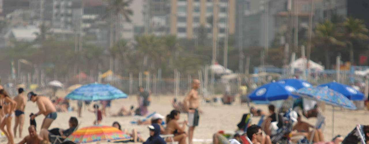 12 de agosto - Mesmo com tempo nublado, praia de Ipanema, zona sul do Rio, teve bastante movimento nesta segunda