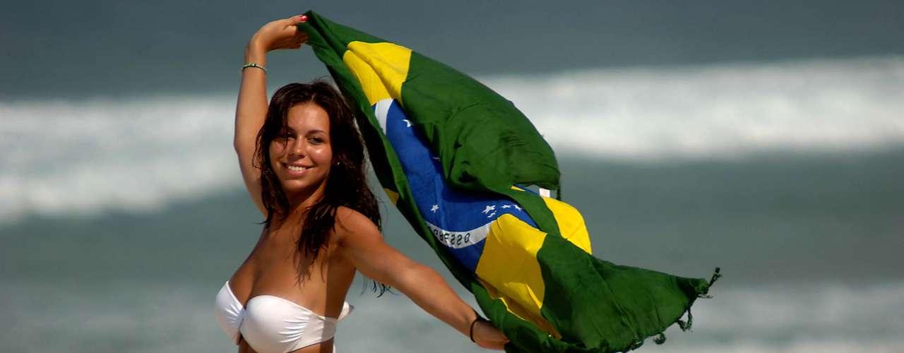 13 de agosto - Forte calor na manhã desta terça-feira levou muitos banhistas para a praia no Rio de Janeiro