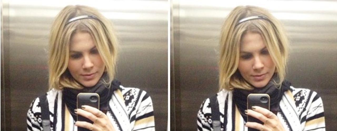 A atriz Julia Faria é fã das famosas fotos feitas no elevador e mostra casaco estampado usado com legging cinza