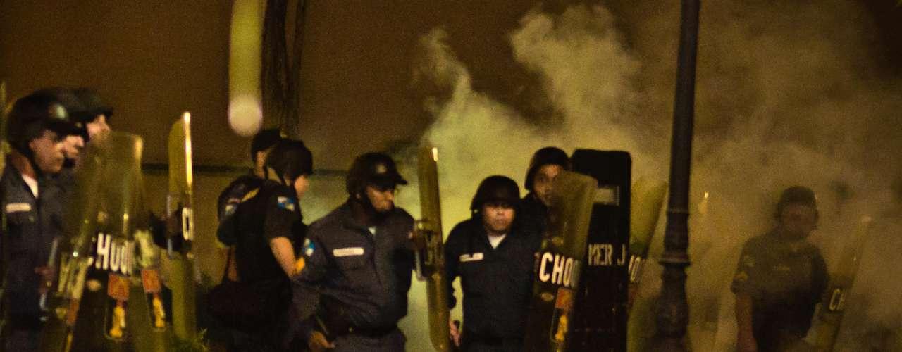 12 de agosto - Polícia usa bombas de efeito moral para dispersar manifestantes no Guanabara