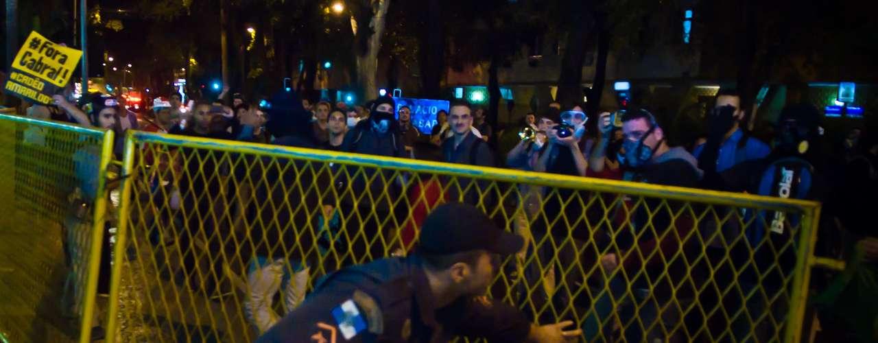 12 de agosto - Manifestantes tentaram forçar entrada no Palácio e derrubaram uma grade de proteção
