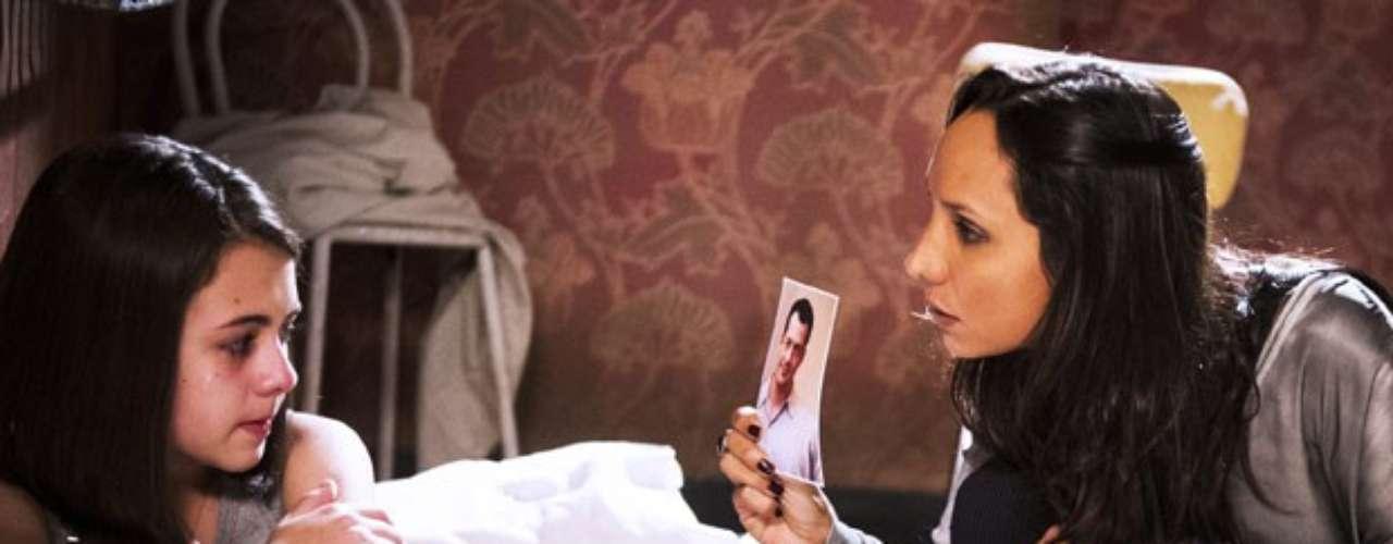 Em cativeiro, Alejandra (Maria Maya) mostra foto de Bruno (Malvino Salvador) para ameaçar Paulinha (Klara Castanho)