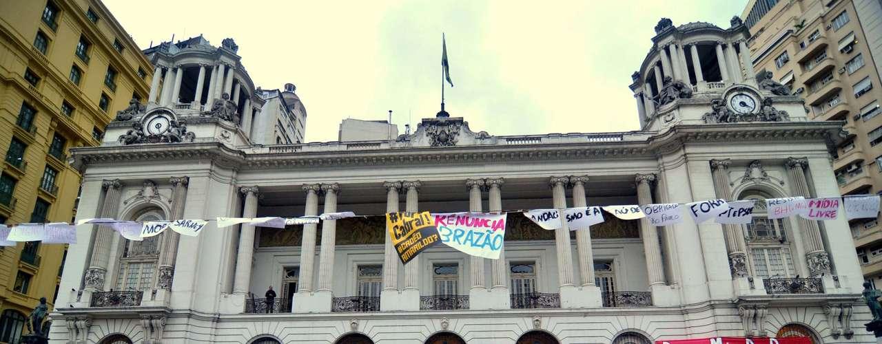 14 de agosto -  Manifestantes também ocupam a frente da Câmara Municipal. Eles estão acampados em frente ao prédio e demonstram apoio ao grupo que está ocupando a Casa