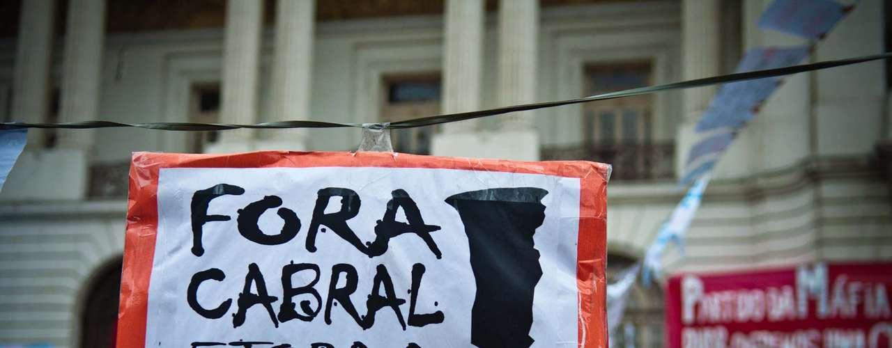 15 de agosto - Cartaz pede a renúncia do governador do Rio de Janeiro, Sérgio Cabral, perto da Câmara Municipal