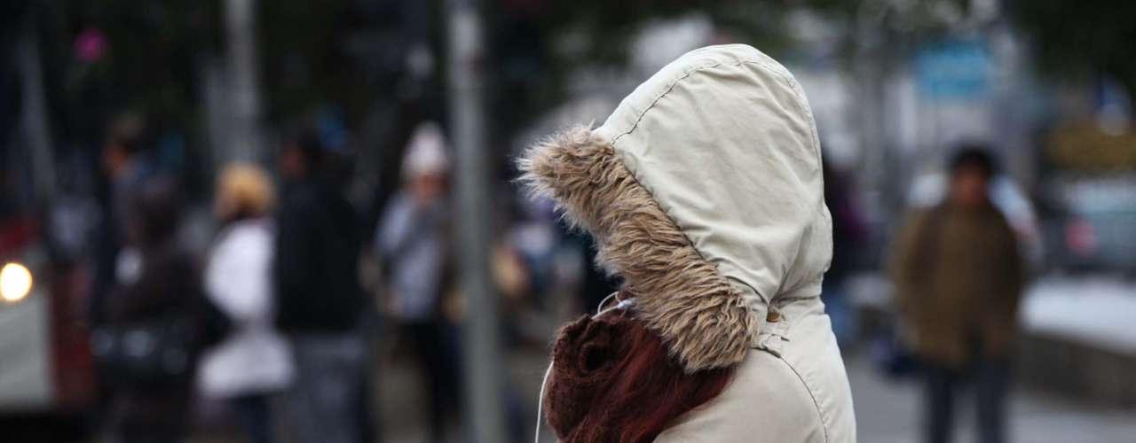 15 de agosto - Pedestres enfrentam frio intenso nesta quinta-feira na avenida Ibirapuera, zona sul de São Paulo