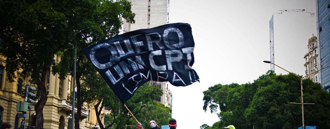 15 de agosto - Jovem balança bandeira pedindo uma CPI limpa na Câmara do Rio