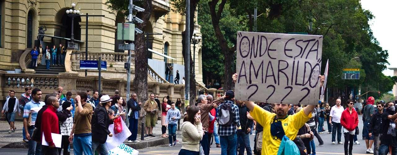 15 de agosto - Manifestante segura cartaz em protesto contra o desaparecimento do ajudante de pedreiro Amarildo de Souza