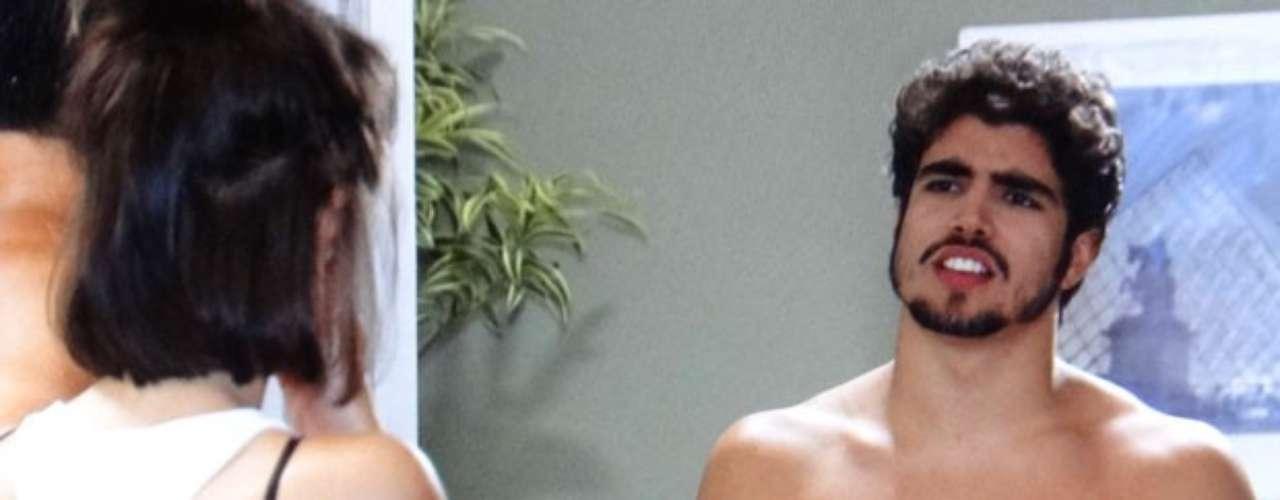 Michel (Caio Castro) fica com saudade de Patrícia (Maria Casadevall) e resolve fazer uma surpresa, ele aparece na porta da casa dela pelado