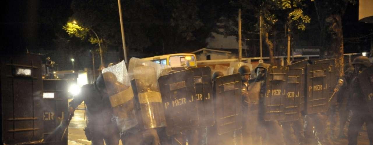 14 de agosto -Policiais lançam bombas de gás lacrimogêneo em protesto no Rio de Janeiro nesta quarta-feira