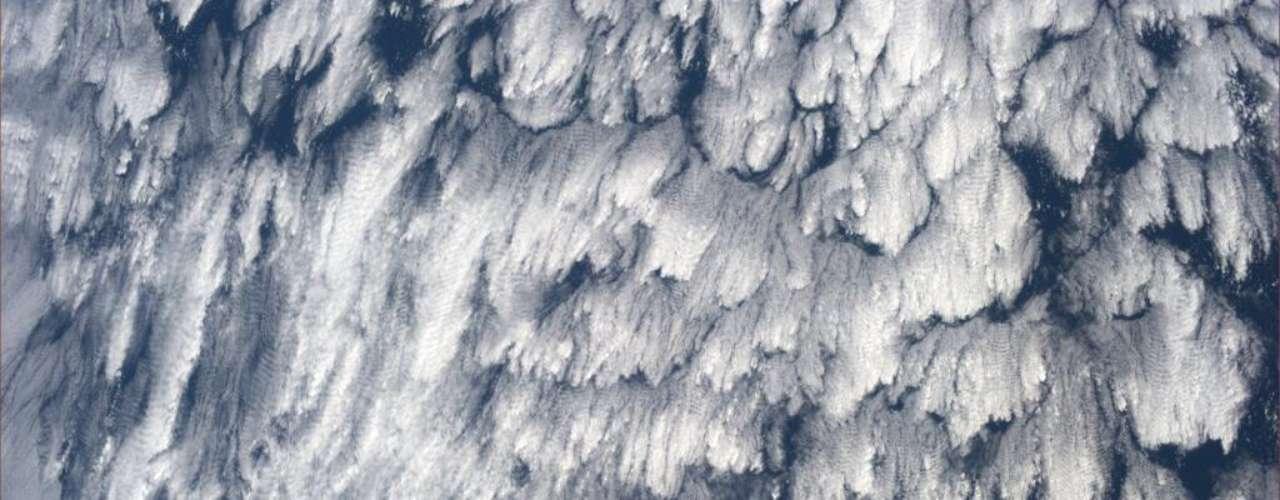 Astronautas também gostam de passar o tempo identificando formas nas nuvens - com a diferença de que fazem isso de cima. Nesta imagem, a astronauta Karen Nyberg disse que vê um padrão de penas. \