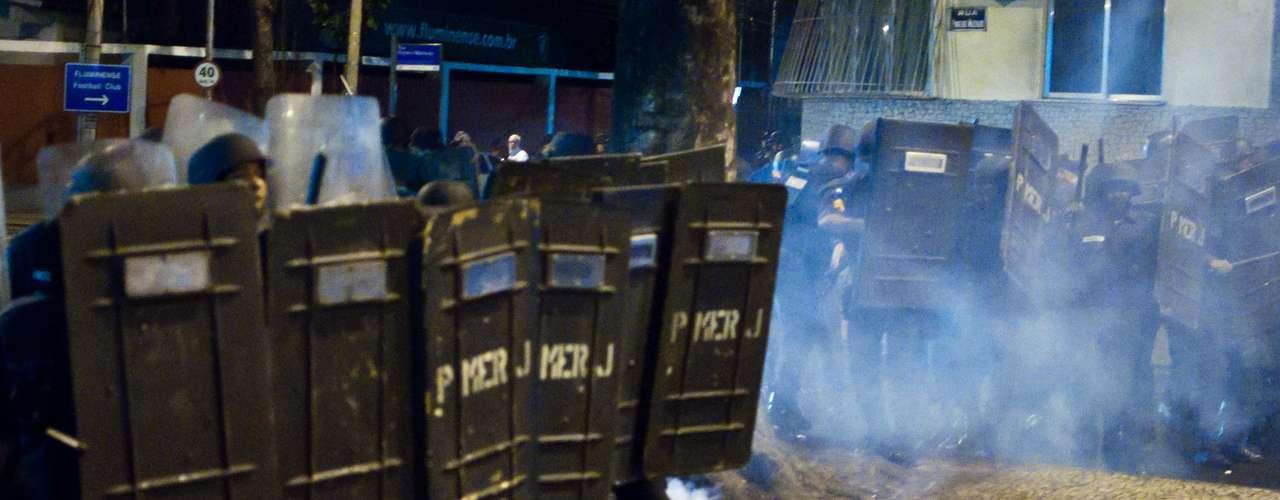 14 de agosto - Policiais dispersaram manifestantes com bombas de gás lacrimogêneo