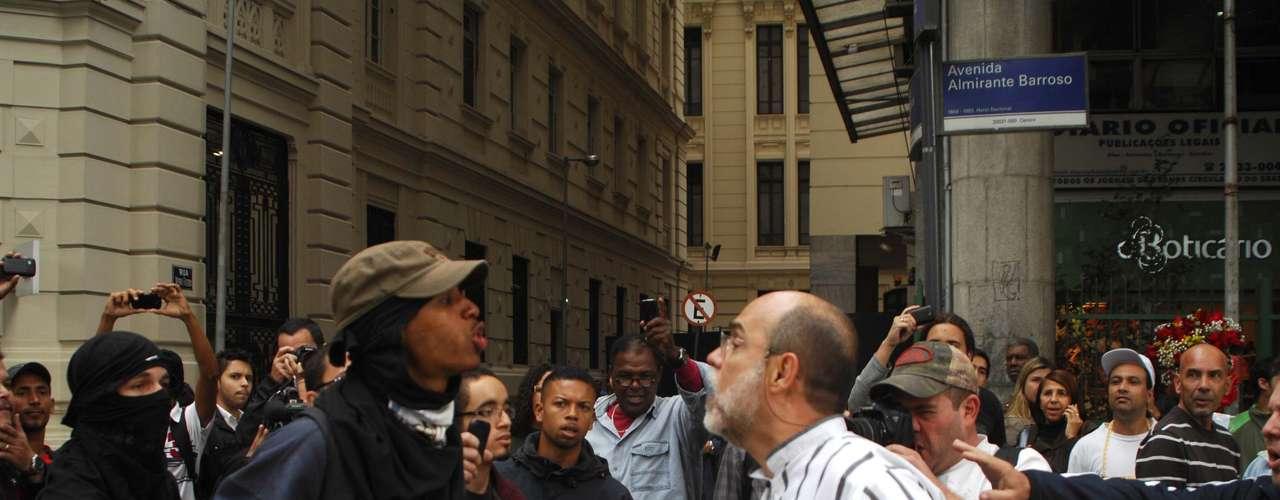 15 de agosto -  A avenida Rio Branco, no centro do Rio, foi bloqueada por manifestantes que protestavam contra o governador Sérgio Cabral (PMDB). A interdição causou discussão entre manifestante e homem que tentava passar pelo bloqueio