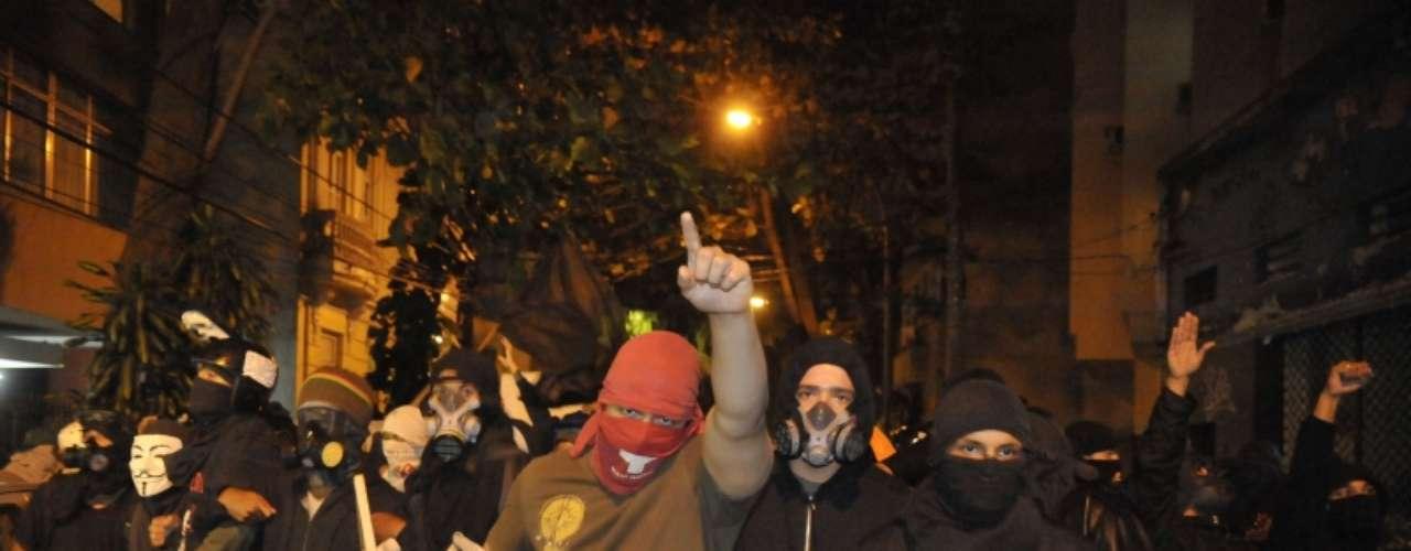 14 de agosto -Com os rostos cobertos, manifestantes protestam contra o governador do Rio de Janeiro Sergio Cabral (PMDB)