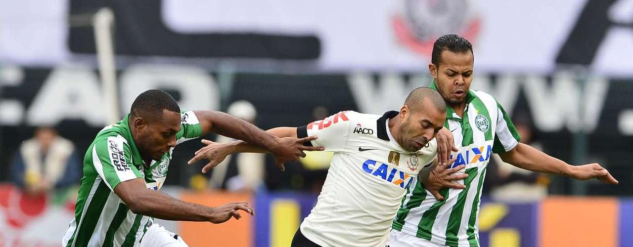 Atacantes do Coritiba ajudaram a marcar até mesmo os atacantes do Corinthians