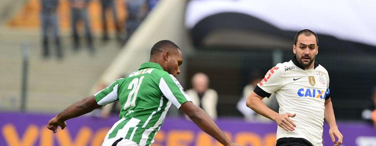 Danilo ficou totalmente apagado pela forte marcação do Coritiba na parte central do campo