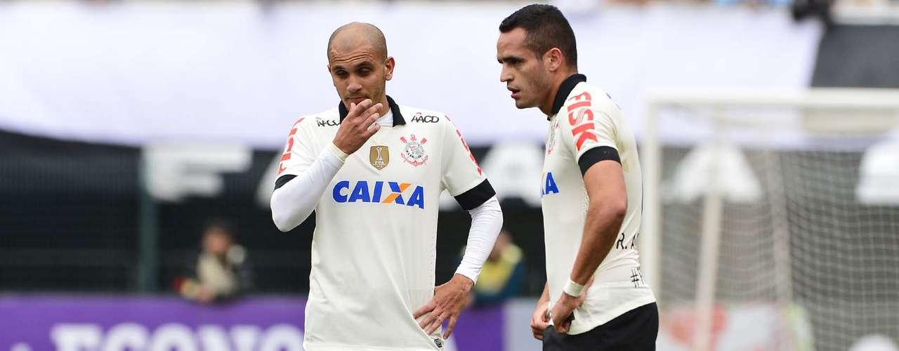 Renato Augusto até jogou bem, mas Corinthians melhorou depois que Douglas entrou em seu lugar
