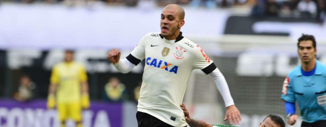 Fábio Santos sofreu falta dura de Bill e Gil no segundo tempo