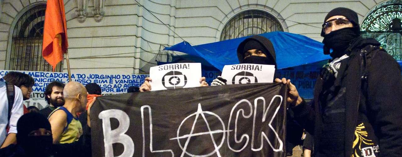 19 de agosto - Manifestantes ligados ao movimento Black Bloc fazem parte do protesto desta segunda-feira