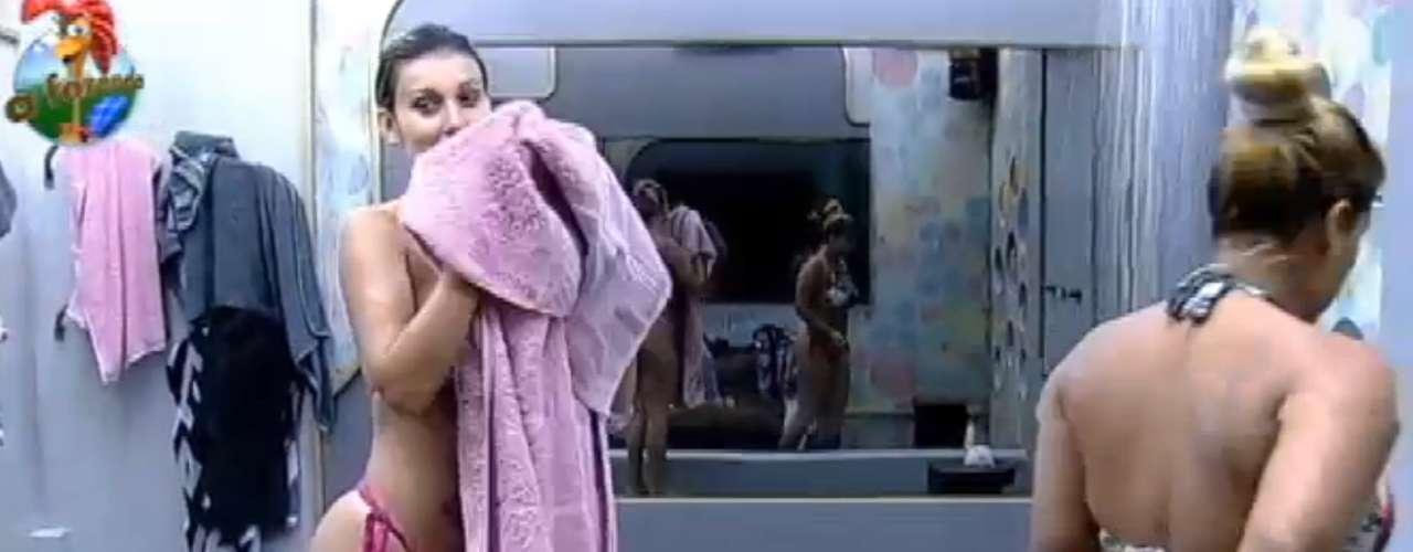 Andressa Urach e Yani tomaram banho juntas durante a madrugada
