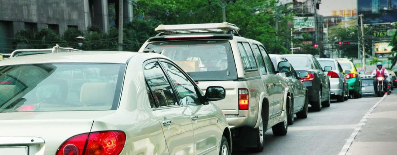 Ao retirar o pé do freio, o carro liga novamente e volta a se movimentar