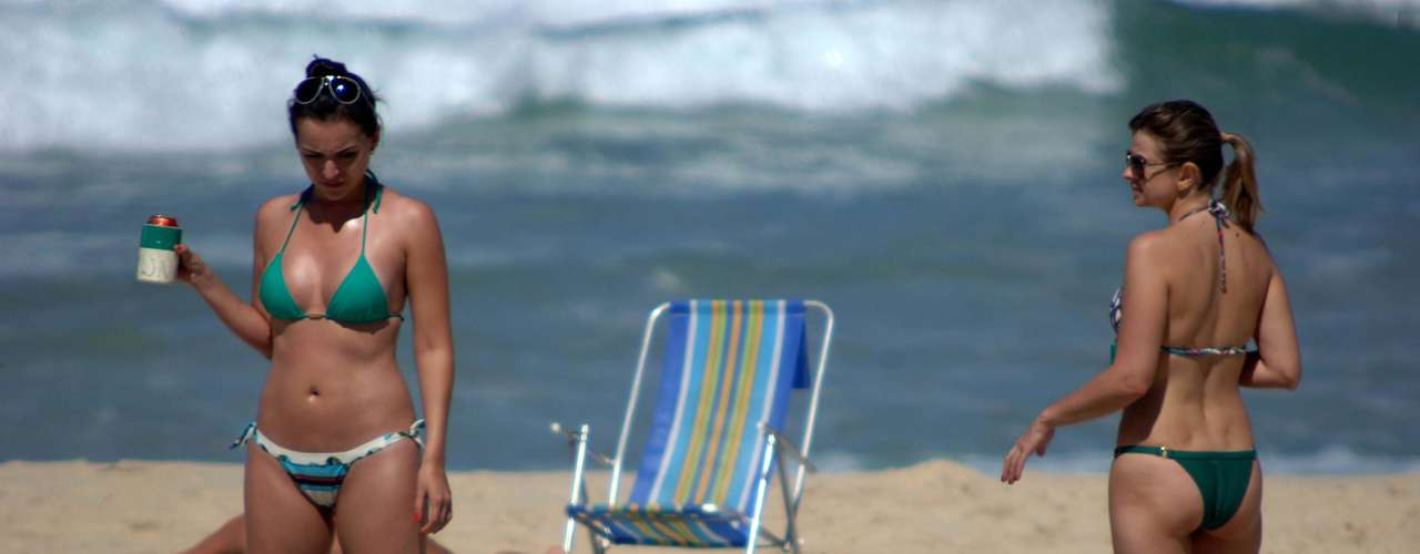 20 de agosto - Movimentação de banhistas durante a manhã na praia de Ipanema, zona sul do Rio de Janeiro. A temperatura na capital fluminense chegou a 25°C
