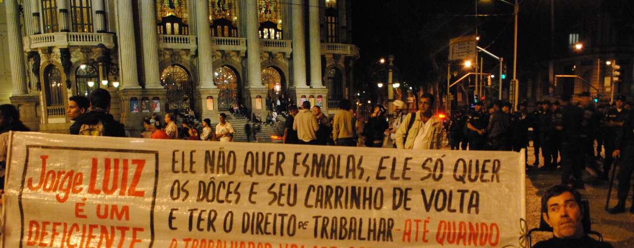19 de agosto - Deficiente se junta amanifestação em frente à Câmara para protestar na noite de segunda-feira