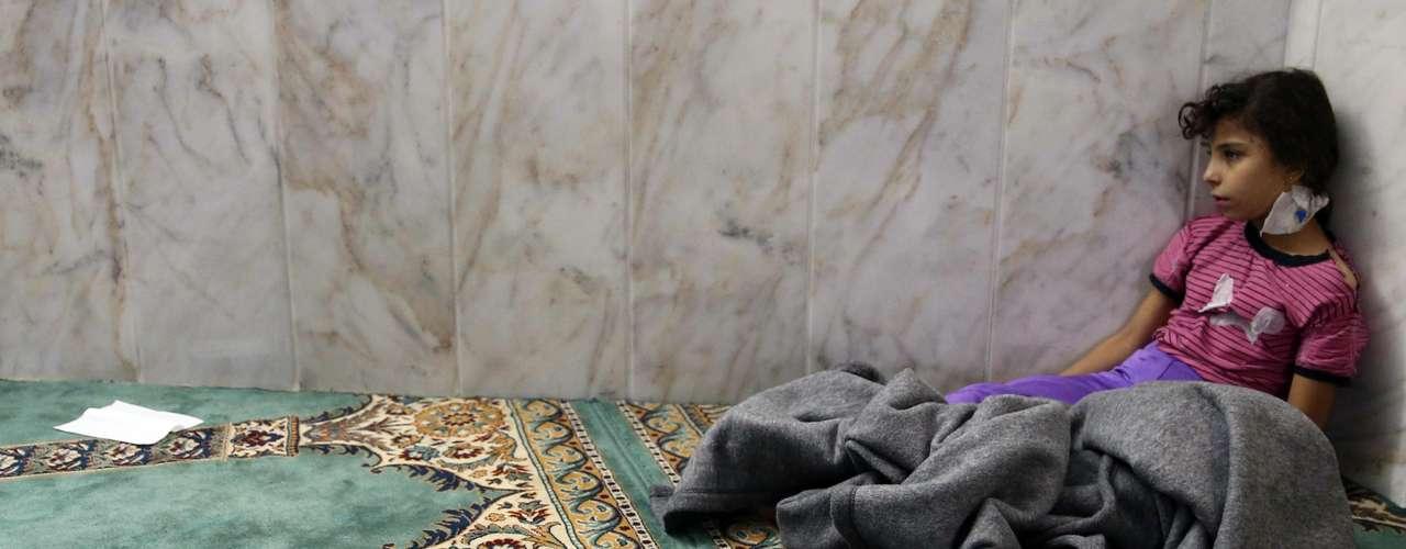 Meninas que sobreviveram ao ataque com gás tóxico recebem atendimento em uma mesquita