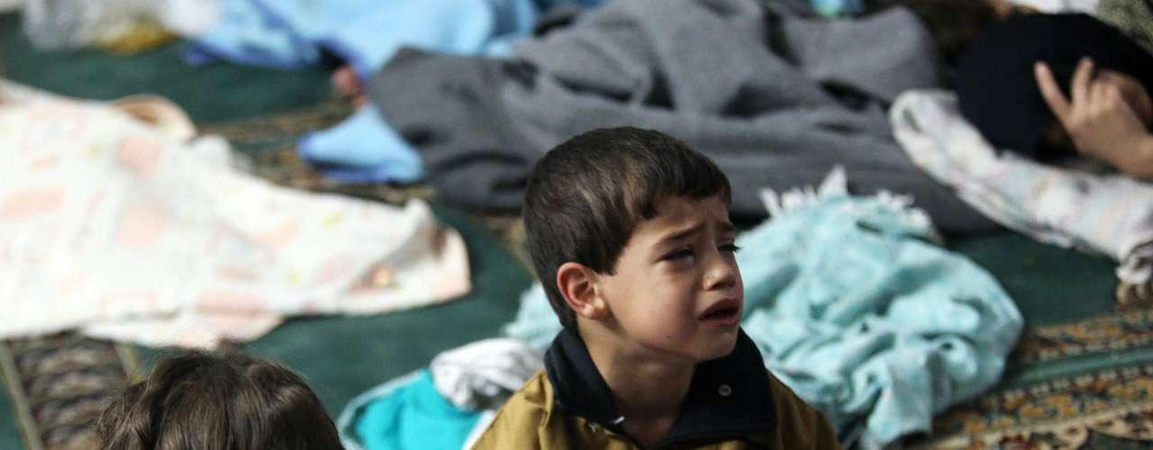 Ainda em desespero, crianças que escaparam da morte são atendidas em mesquita no bairro de Duma