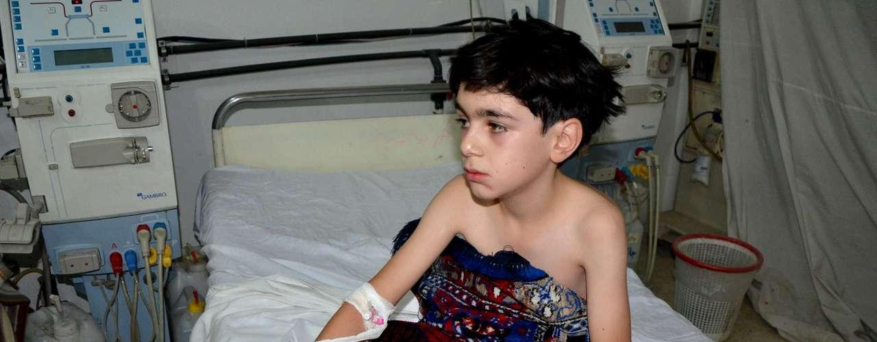 Criança recebe atendimento em um hospital improvisado