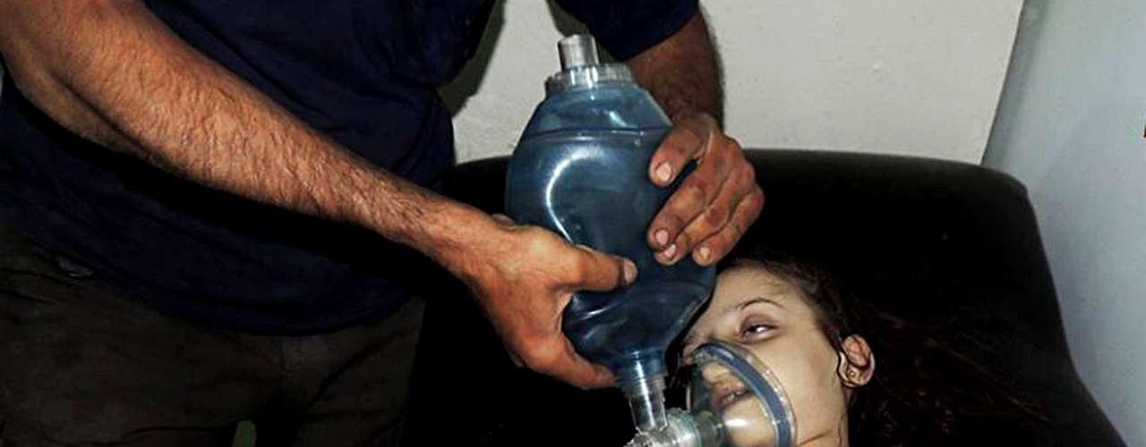 Menina é atendida em hospital improvisado após o ataque