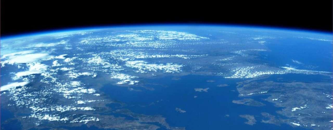 O mar Egeu, na bacia do mar Mediterrâneo, foi registrado do espaço pela astronauta americana Karen Nyberg: uma imensidão azul entre a Europa e a Ásia. Diversas das numerosas ilhas banhadas pelo mar são visíveis na imagem divulgada em 21 de agosto
