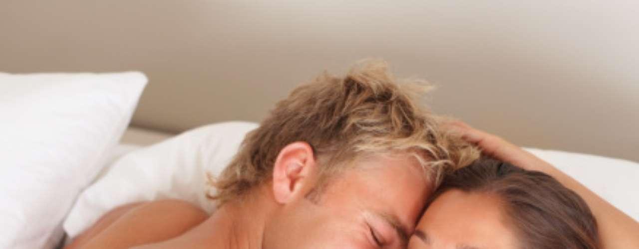 """10. Ele diz """"eu te amo"""" Se ele diz que ama você, acredite. Um homem apaixonado não consegue guardar esta frase por muito tempo"""
