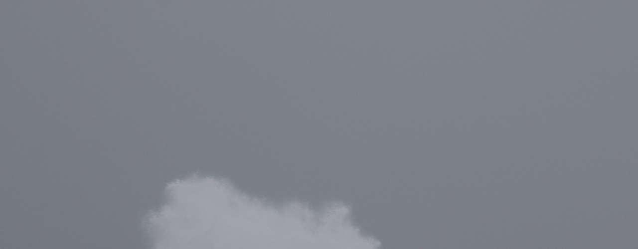 26 de agosto - A praia de Armação do Pântano do Sul, em Florianópolis, registra fortes ondas em um dia de chuva e frio na região