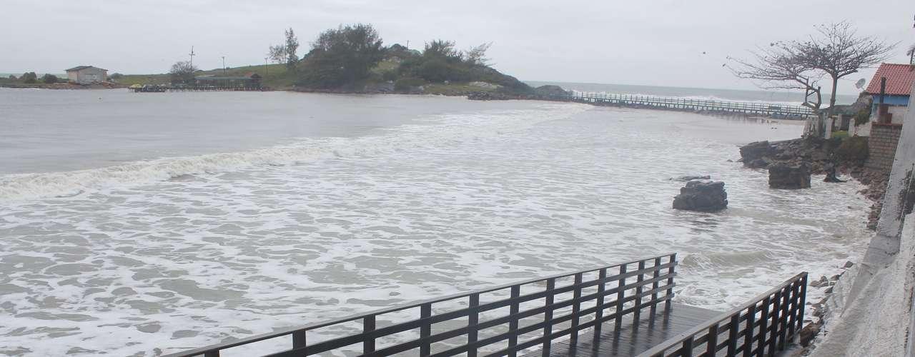 26 de agosto - Água do mar avança e toma a faixa de areia na praia de Armação do Pântano do Sul, em Florianópolis