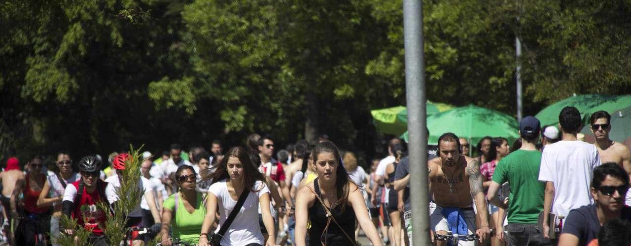 25 de agosto - Ciclistas aproveitam a tarde de calor para se divertir no Parque do Ibirapuera