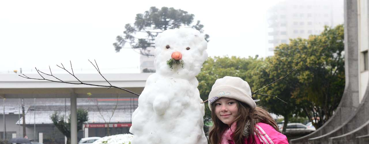 27 de agosto - Muitos aproveitaram a neveem Caxias do Sul (RS) para fazer bonecos