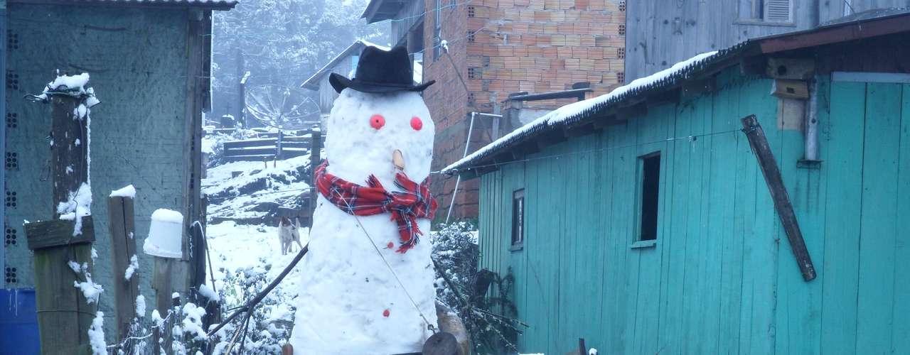 27 de agosto - Bonecos de neve viraram atração em São José dos Ausentes (RS)