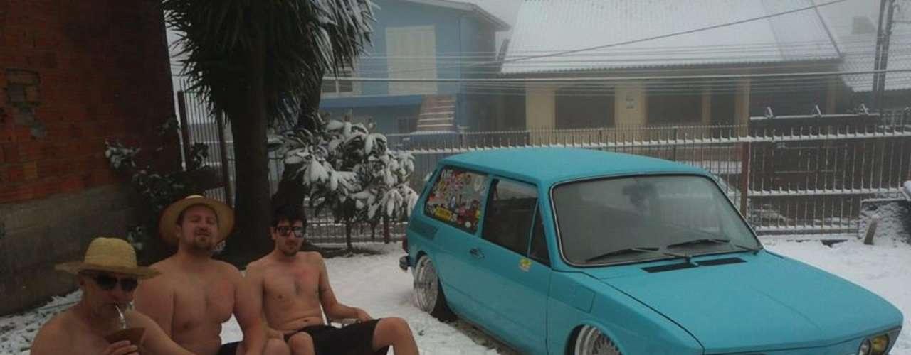 27 de agosto -Pai, filho e primo tiram fotografia só de bermuda e chinelo na neve em Caxias do Sul (RS) e viram atração na internet
