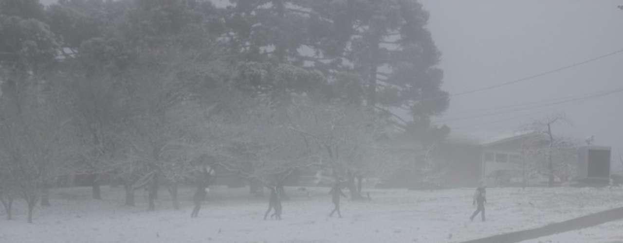 27 de agosto - Turistas se divertem com a neve em São Joaquim, em Santa Catarina
