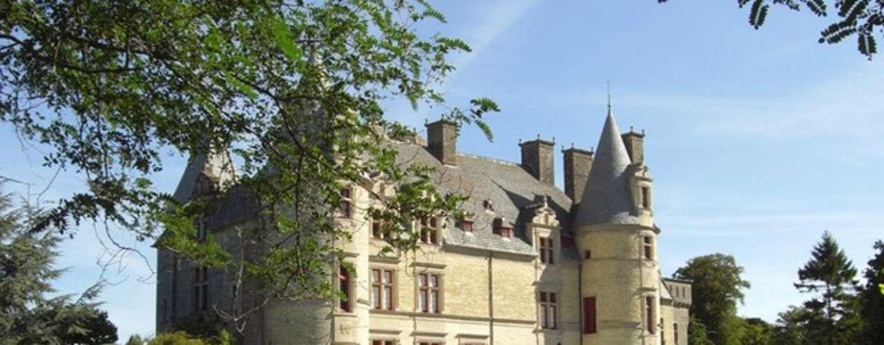 Diversos jardins se espalham pela cidade, entre eles o do castelo Ravalet Chateau, em estilo renascentista