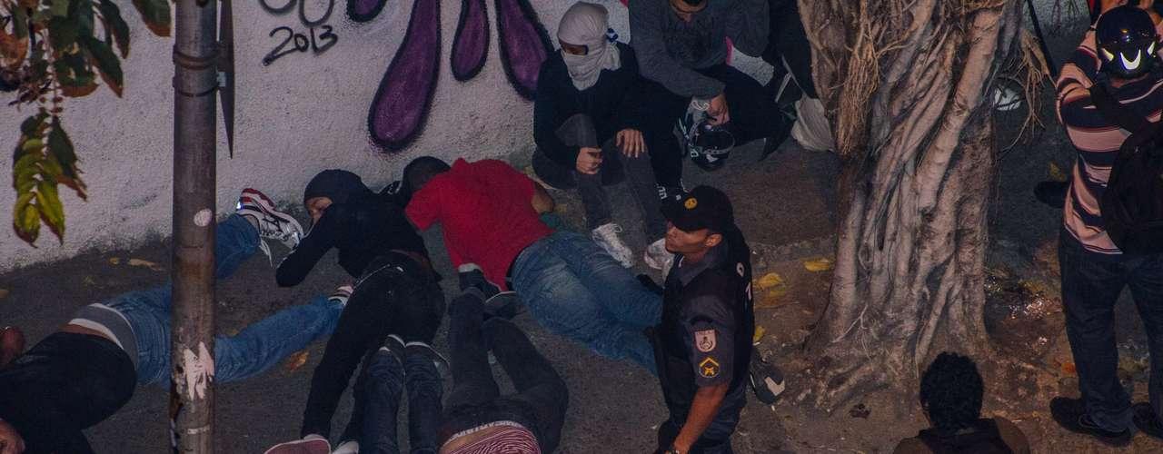 27 de agosto -Protesto terminou em novo confronto nas ruas de Laranjeiras, na zona sul da capital fluminense, na noite desta terça-feira