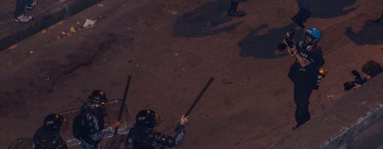 27 de agosto -Manifestantes e policiais militares entraram em confronto quando o ato chegou nas proximidades do Palácio Guanabara, sede do governo estadual