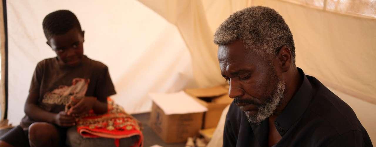Ahmed Abdullah, 40 anos, sonha em voltar para os seus campos de oliveira e trigo. \
