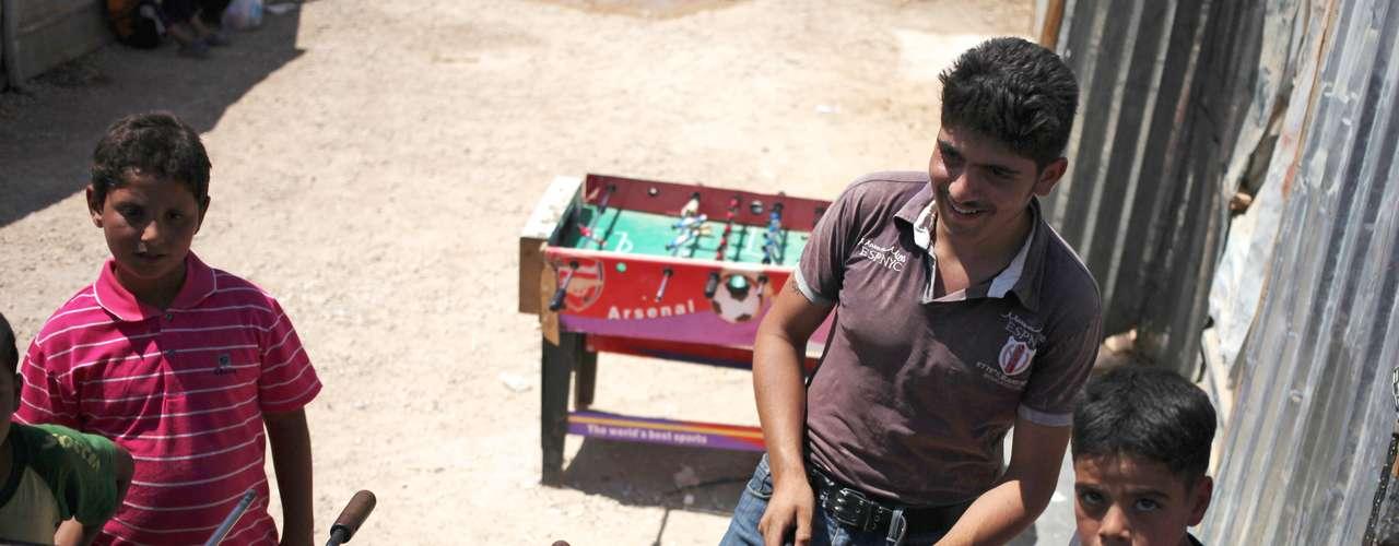 Refugiados sírios jogam pebolim no campo Zaatari: só na Jordânia há mais de meio milhão de sírios que tiveram que deixar sua vida para trás por causa da guerra entre as forças de Assad e da oposição