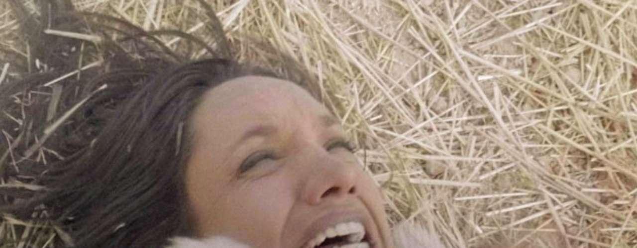 No chão, Alejandra (Maria Maya) confessa que sempre quis Ninho (Juliano Cazarré) para ela
